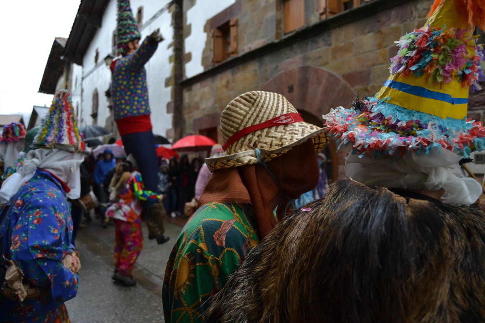 ===Un pueblo singular=== Carnaval-de-lantz-cabecera-evento