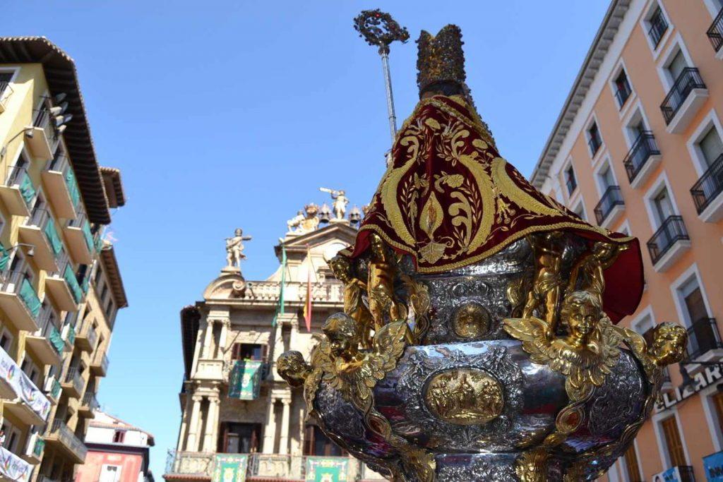 Procesión de San Fermín, un acto intimo y local en una Fiesta Universal