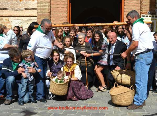 El pesaje de los niños de  lituenigo-rito- tradicion-imagen blog VI