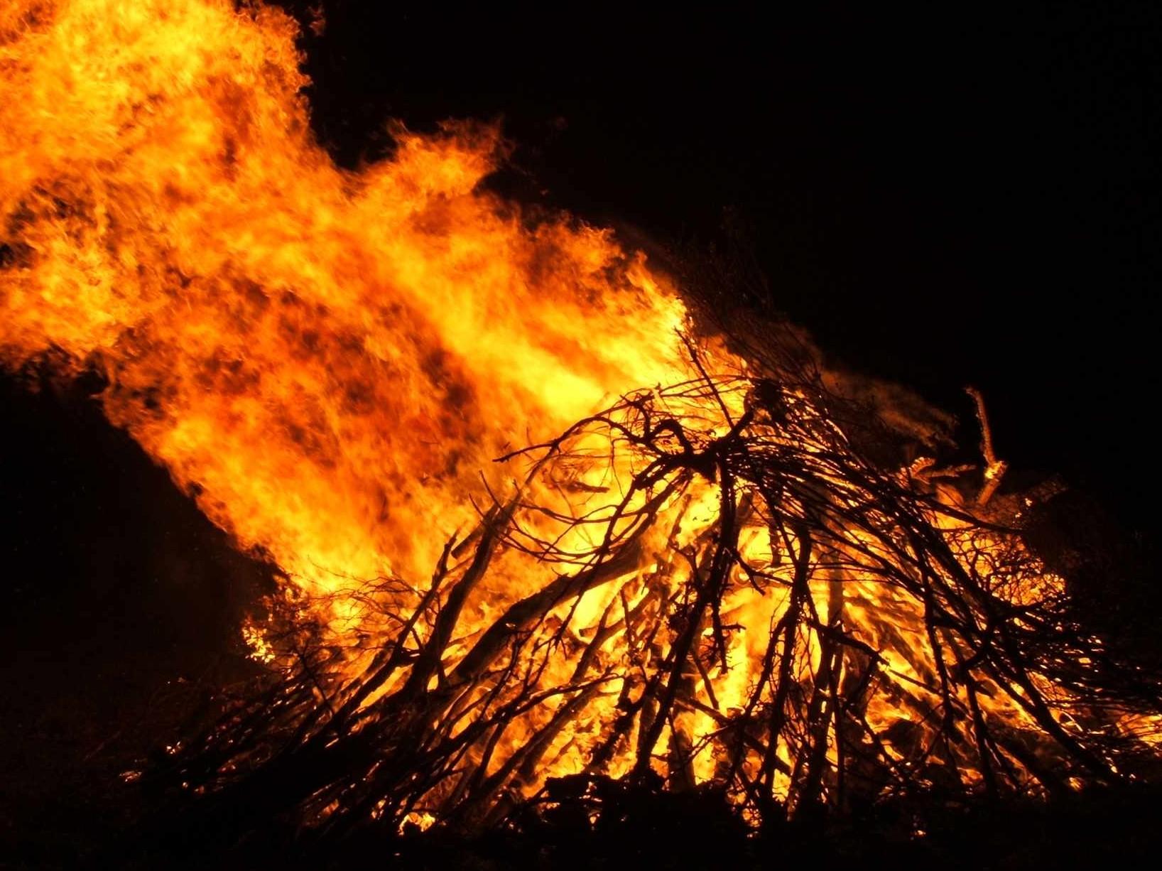 Fiesta de los Escobazos, noche de fuego y devoción