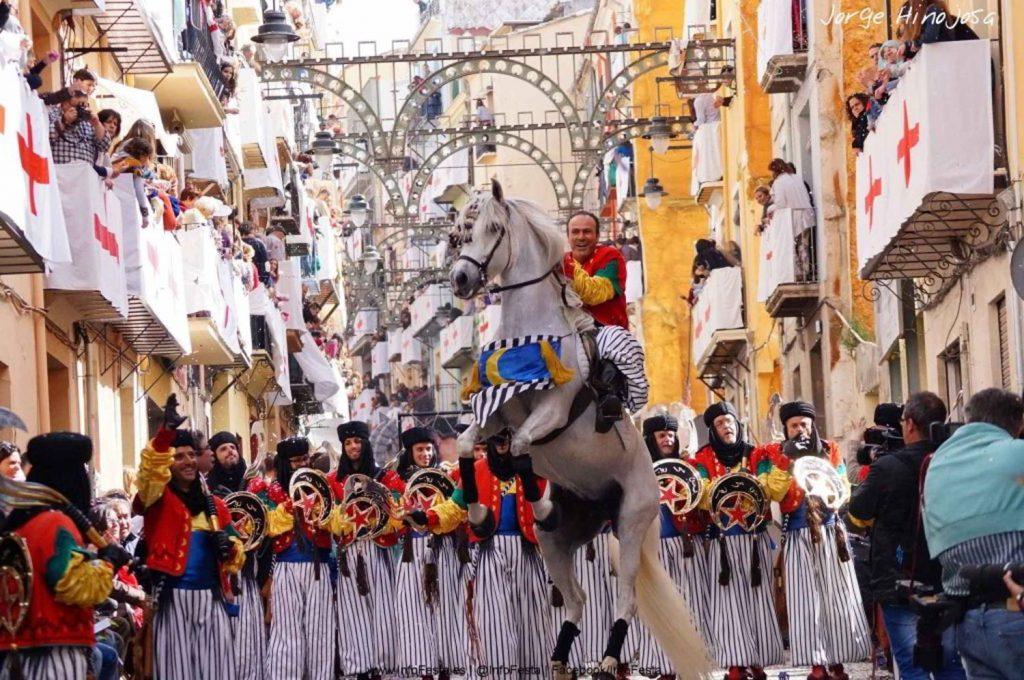 Moros y Cristianos en Alcoy por Jordi Linares